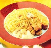 Espaguetis con salsa de pollo y champiñones