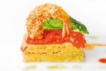 Esponja de queso de Ronda, tomate raf confitado y langostinos albardados con corteza de cerdo ibérico