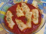 Filetes de merluza con tomate y piñones