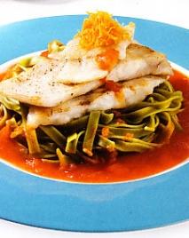 Filetes de pescado con salsa de naranja y tomate