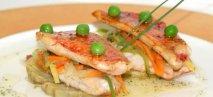 Filetes de salmonete con alcachofas y salsa de cítricos