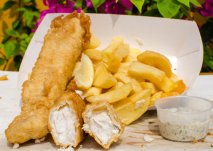 Fish and chips (pescado rebozado con patatas fritas)