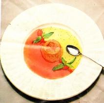 Flan de palosanto con salsa de fresones y kiwi