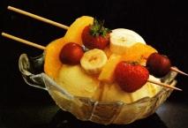 Helado con brocheta de frutas