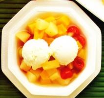 Helado con frutas variadas