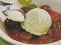 Helado de menta sobre sopa de cerezas