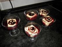 Helado de vainilla con salsa de cerezas