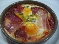 Huevos a la flamenca con guisantes y judías