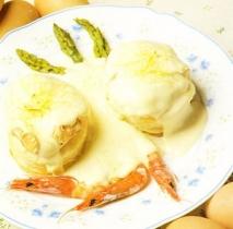 Huevos escalfados con gambas y espárragos