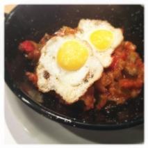 Huevos fritos con pisto