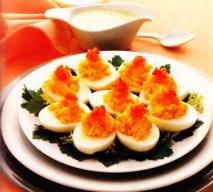 Huevos rellenos con salsa de pepino