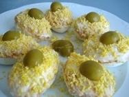 Huevos rellenos de pimiento y cebolleta asados