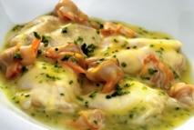 Kokotxas de bacalao con berberechos y cebollino