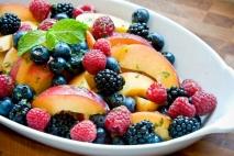 Macedonia de frutas con frutos del bosque
