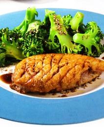 Magret de pato al grill con brócoli a la soja.