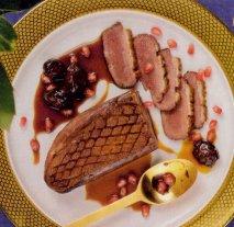 Magret de pato con cebollitas, granada y salsa de vino