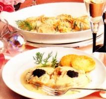 Medallones de merluza y trucha ahumada con salsa holandesa al caviar