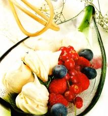 Merengues con frutas silvestres