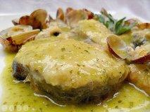 Receta de Merluza austral, caldo de almejas, papas confitadas y huevo pochado de codorniz