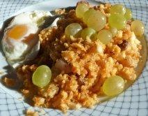 Migas con uvas y huevos fritos