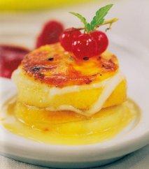 Milhojas de manzana, queso de cabra y coullis de frutas del bosque