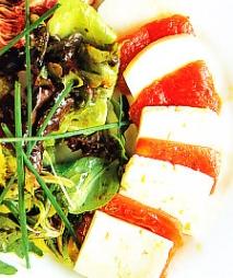 Mosaico de tomate confitado y queso