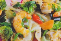 Pajaritas con langostinos y verduras salteadas
