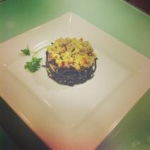 Pasta negra con picadillo de ternera al orégano, salsa de shiitake y puerro, con costra de queso Idiazabal