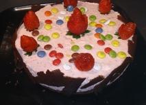 Pastel de chocolate y mousse de fresas