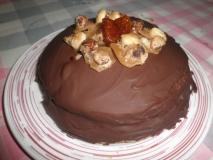 Pastel de crêpes con crema y cobertura de chocolate