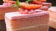 Pastel de nueces con gelatina y nata
