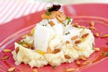 Bacalao con crema de patatas y coliflor, ajos, piñones y aceite de ñoras