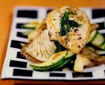 Pechuga de pollo con salteado de gírgolas y verduras de la tierra