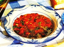 Pimiento y tomate con atún y piñones