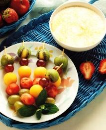 Pinchos de frutas con salsa de yogur