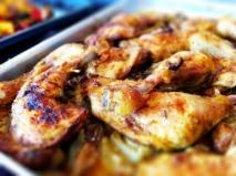 Pollo al horno con manzanas, tomillo y ajos tiernos