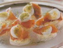Redondos de trucha ahumada y huevos de codorniz