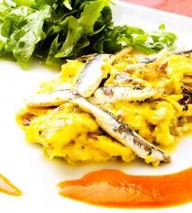 Revuelto de anchoas con salsa de piquillos