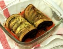 Rollitos de berenjena y pimiento con salsa de tomate