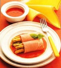 Rollitos de espárragos blancos con salsa de pimientos