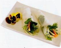 Rollitos de papel de arroz rellenos con verduras y germinados