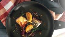 Salmón fresco con remolacha, gajos de naranja y eneldo