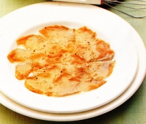 Salmón marinado con salsa de rábanos