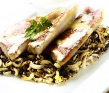 Salmonetes con arroz salvaje frito