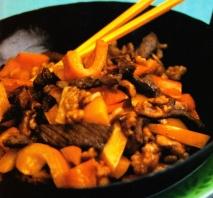 Sartén de carne de buey con nueces y pimientos