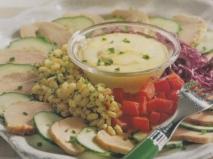 Solomillo de cerdo, crudités y salsa de queso