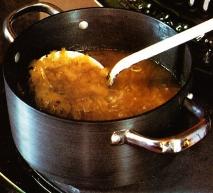 Sopa de cebolla con pan francés