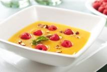 Sopa de melocotón con frambuesas y pistachos
