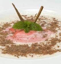 Sopa de melón con helado de fresa