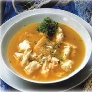 Sopa de pescado con pasta y piña